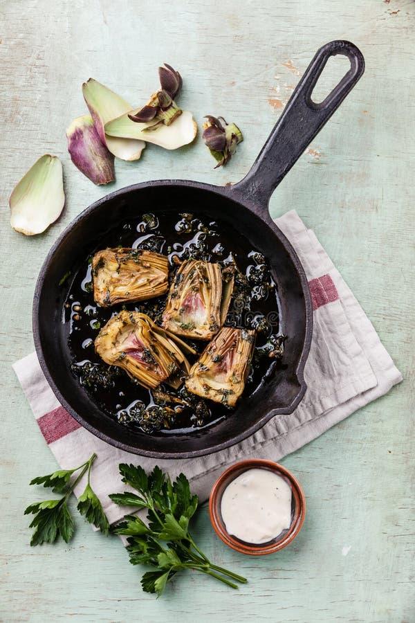 Pan met gekookte artisjokken stock afbeeldingen