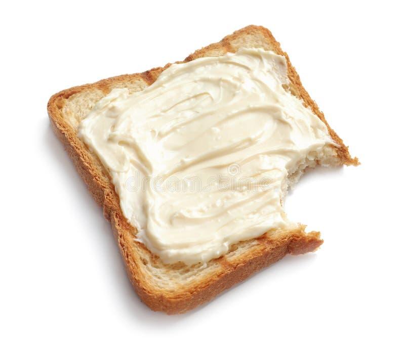 Pan mordido de la tostada con el queso cremoso imagen de archivo