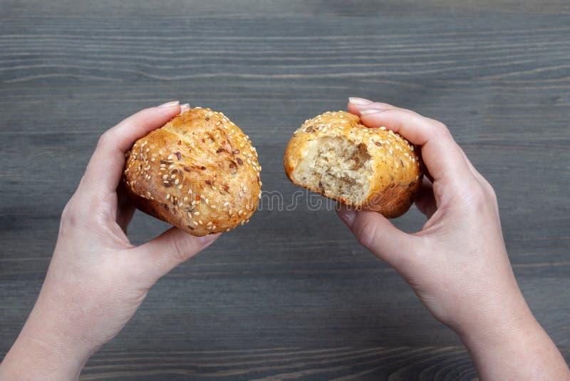 Pan mordido en manos fotos de archivo libres de regalías