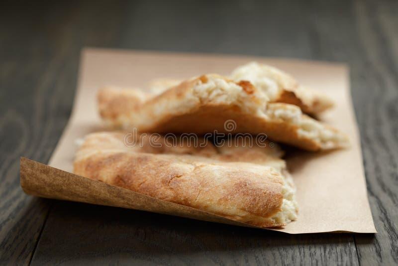 Pan Pita georgiano recientemente cocido en el papel imagen de archivo libre de regalías