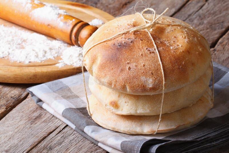 Pan Pita, rodillo cocido y harina horizontales imagen de archivo