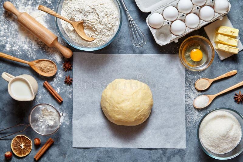 Pan, pizza o empanada de mezcla de la receta de la pasta haciendo los ingridients, endecha del plano de la comida foto de archivo libre de regalías