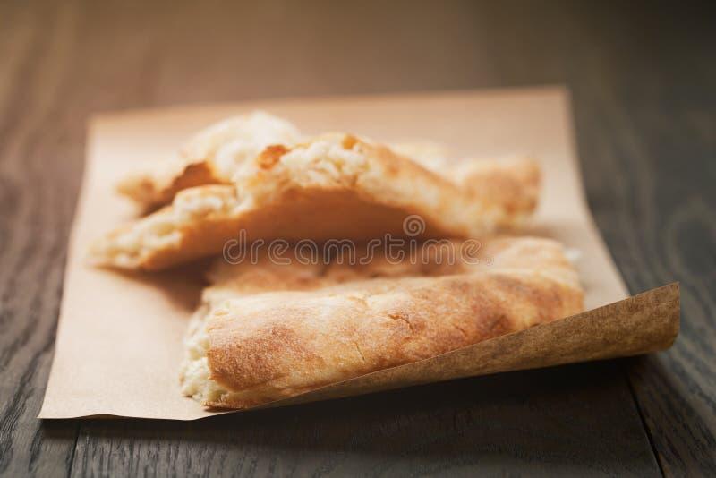 Pan plano recientemente cocido en la tabla de madera fotos de archivo libres de regalías
