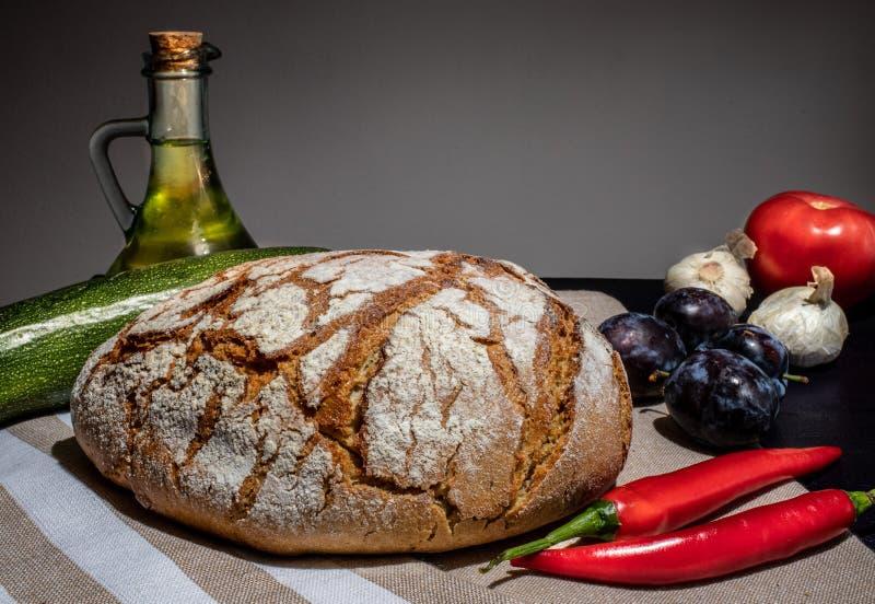 Pan polaco en una tabla del país fotografía de archivo