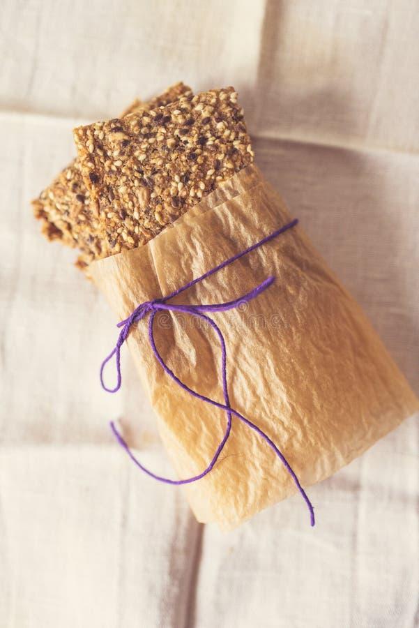 Pan quebradizo cocido hogar en papel de la hornada imagen de archivo