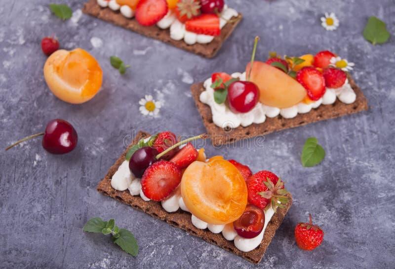 Pan quebradizo con queso, fruta y bayas de la nata foto de archivo libre de regalías