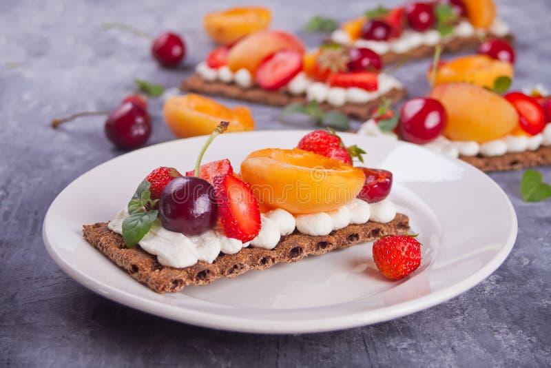 Pan quebradizo con queso, fruta y bayas de la nata imagen de archivo libre de regalías