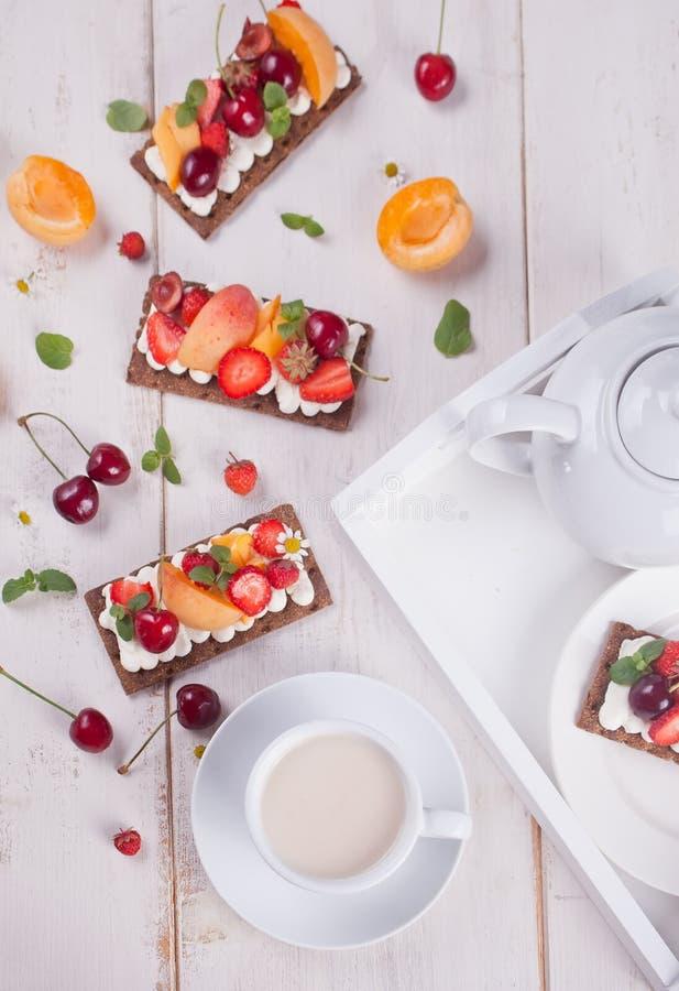 Pan quebradizo con queso, fruta y bayas de la nata fotos de archivo