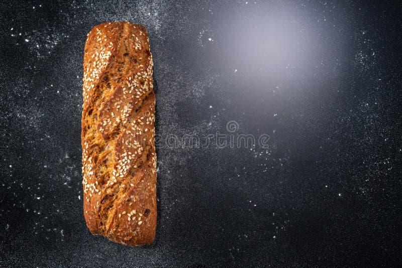 Pan quemado y orejas de trigo imágenes de archivo libres de regalías