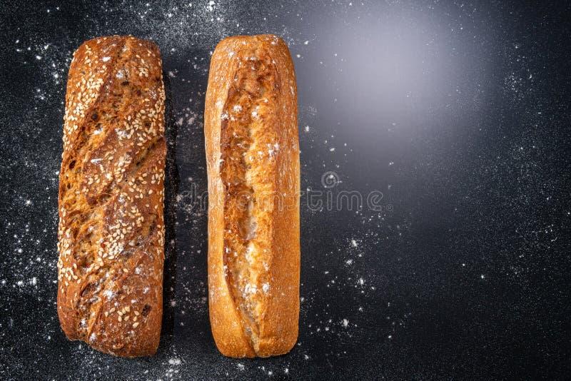 Pan quemado y orejas de trigo imagen de archivo