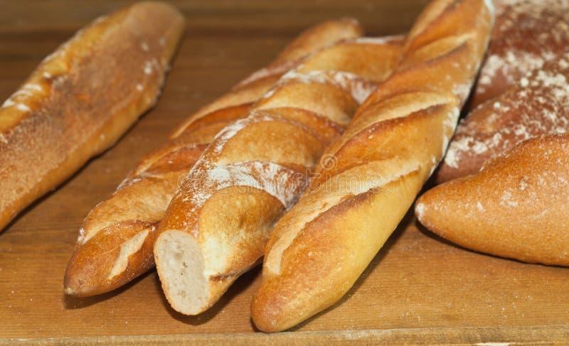 Pan recientemente cocido del baguette de la panadería del artesano fotos de archivo