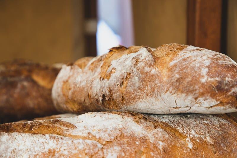 Pan recientemente cocido en soporte medieval de la tienda fotografía de archivo libre de regalías