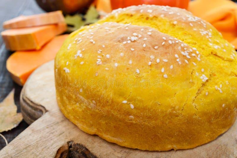 Pan recientemente cocido hecho en casa de oro de la calabaza con las semillas de sésamo fotos de archivo
