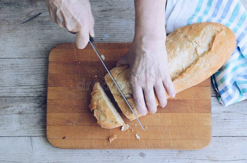 Pan redondo en manos fotos de archivo