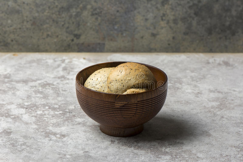Pan redondo fresco con las semillas del sésamo y de amapola imágenes de archivo libres de regalías