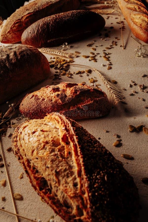 Pan sano libre del gluten delicioso que miente en la tabla imagenes de archivo