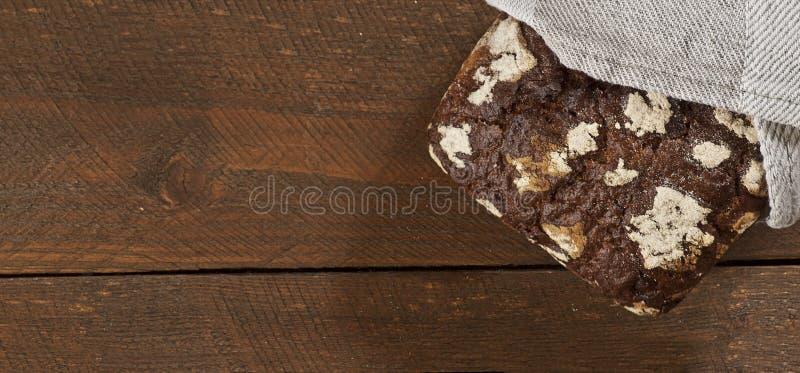 Pan sano oscuro en la tabla de madera foto de archivo libre de regalías