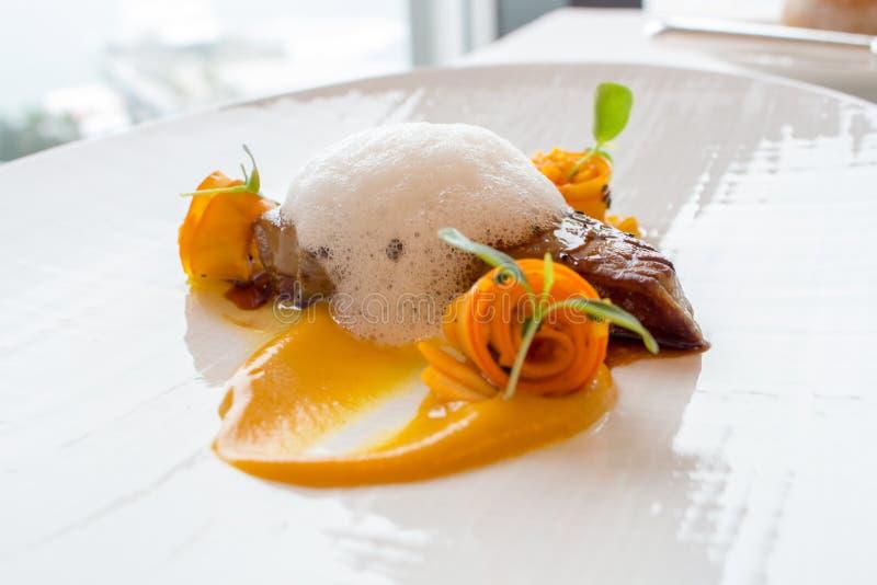 Pan Seared Duck Foie Gras delicioso em uma placa fotografia de stock royalty free