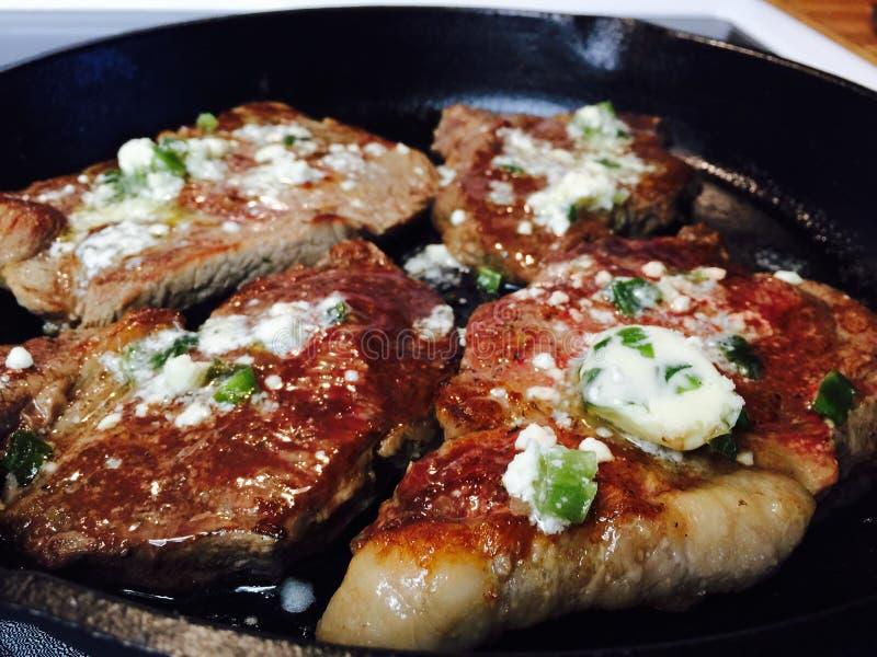 Pan Seared Steaks met Blauwe Boter stock afbeelding