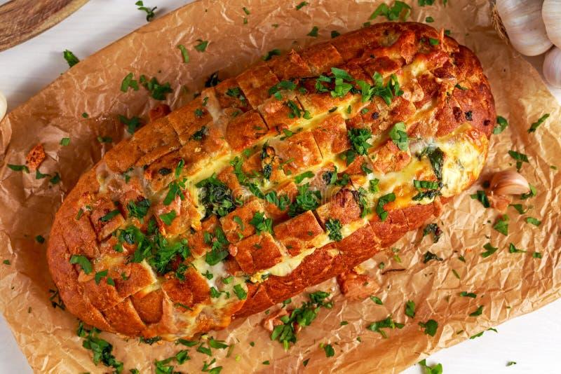 Pan separado del queso del tirón hecho en casa del ajo con las hierbas en el papel arrugado fotos de archivo libres de regalías