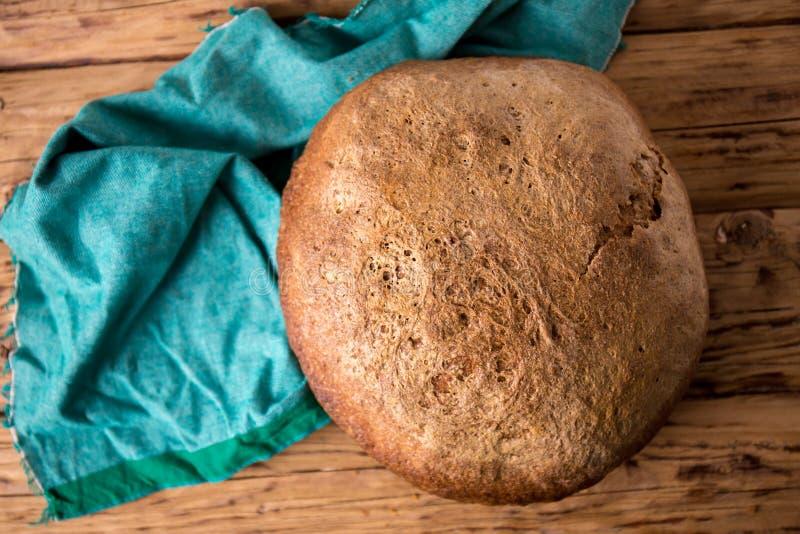Pan sin levadura en una tabla de madera foto de archivo