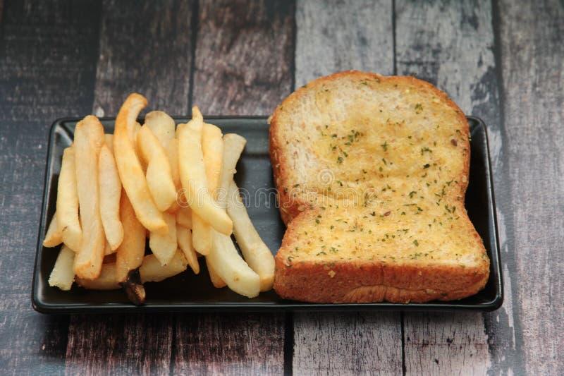 Pan suave y francés del grano del ajo fritos foto de archivo