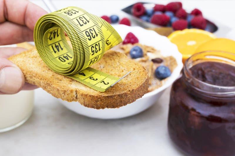 Pan tostado con cinta métrica fotografía de archivo libre de regalías