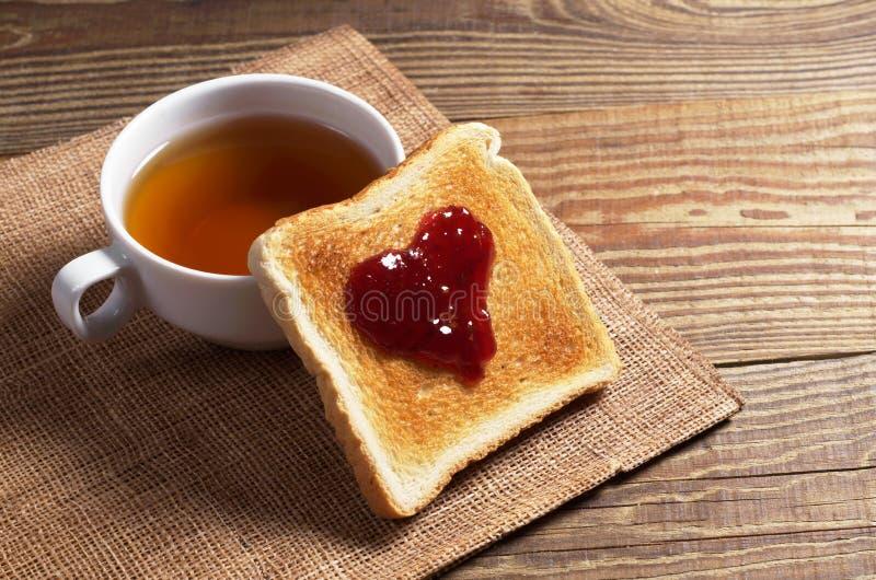 Pan tostado con el atasco y el té fotos de archivo libres de regalías