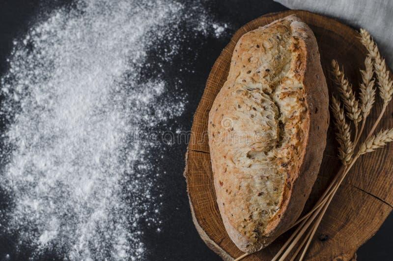 Pan tradicional hecho en casa recientemente cocido en la tabla de madera rústica foto de archivo libre de regalías