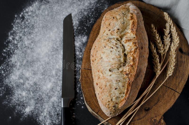 Pan tradicional hecho en casa recientemente cocido en la tabla de madera rústica imagenes de archivo