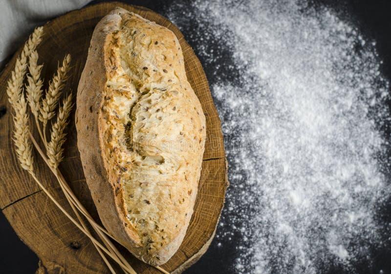 Pan tradicional hecho en casa recientemente cocido en la tabla de madera r?stica imagen de archivo libre de regalías
