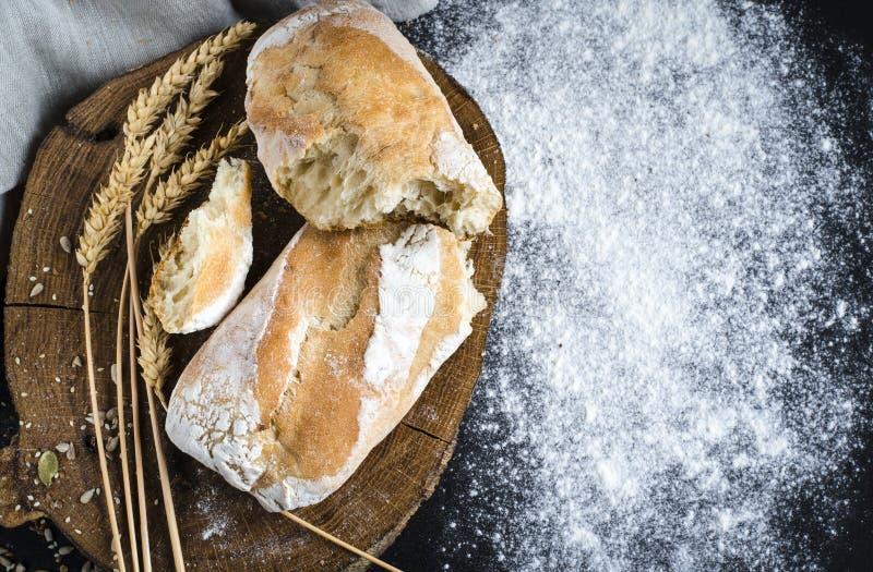 Pan tradicional hecho en casa recientemente cocido en la tabla de madera r?stica fotografía de archivo