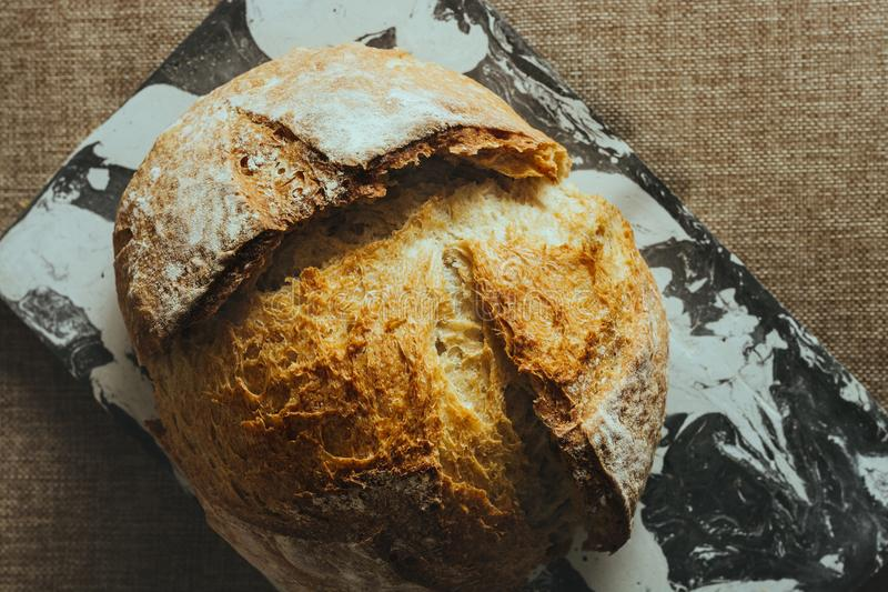Pan tradicional recientemente cocido en la tabla de mármol blanco y negro foto de archivo libre de regalías