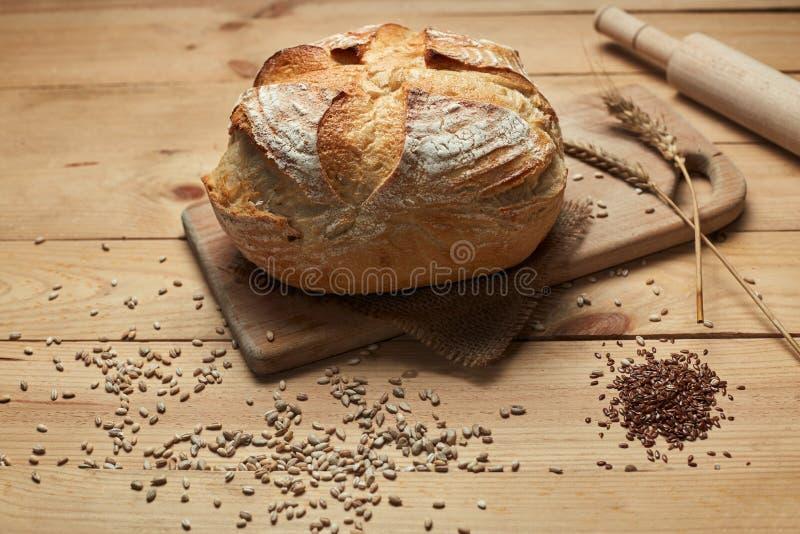 Pan tradicional recientemente cocido en la tabla de madera Pan en la levadura Pan ?cimo fotografía de archivo libre de regalías