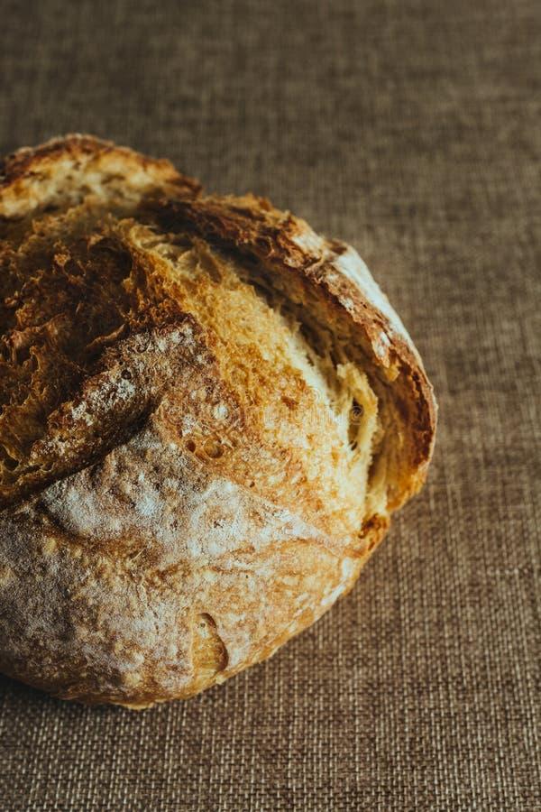 Pan tradicional recientemente cocido en mantel de la arpillera fotos de archivo