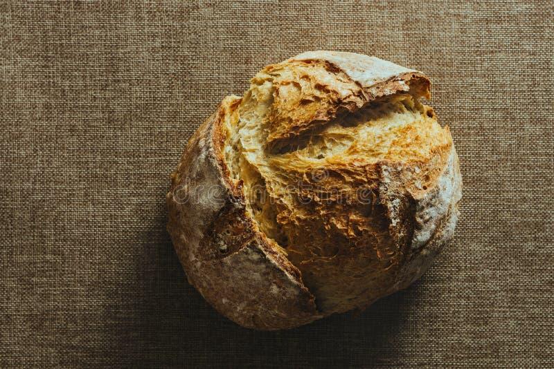 Pan tradicional recientemente cocido en mantel de la arpillera imagenes de archivo