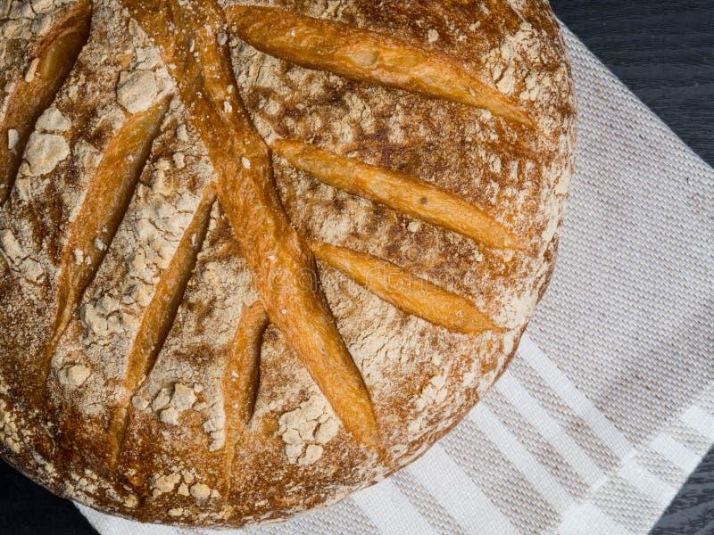 Pan tradicional recientemente cocido en superficie de madera imagenes de archivo