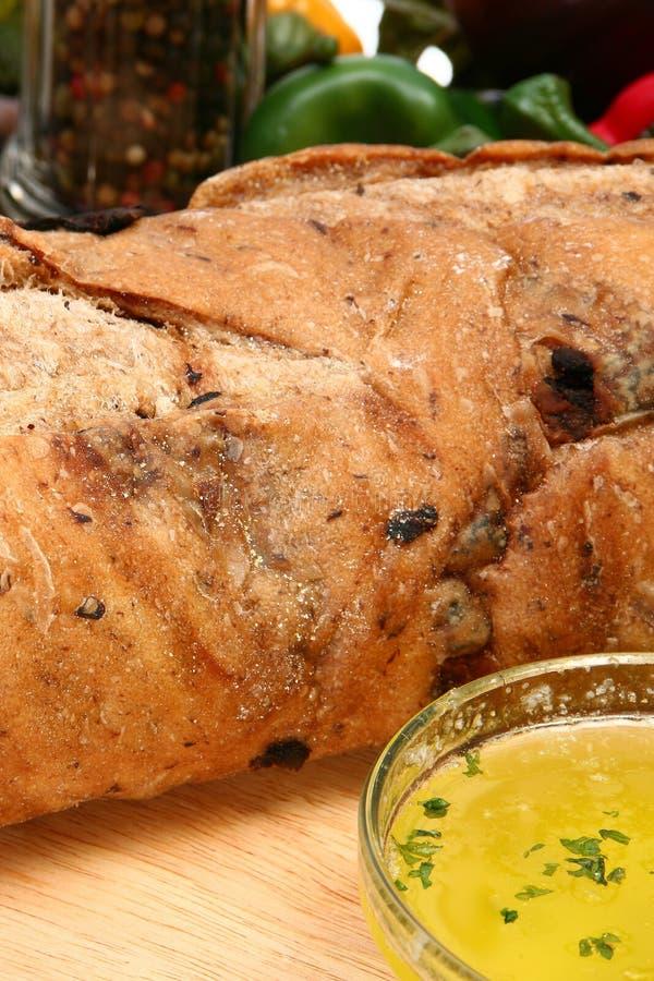Pan verde oliva del pan en cocina fotos de archivo