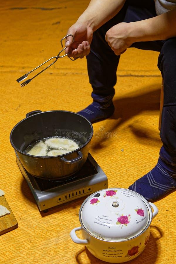Pan voor het koken van de traditionele Khuushuurs royalty-vrije stock afbeelding