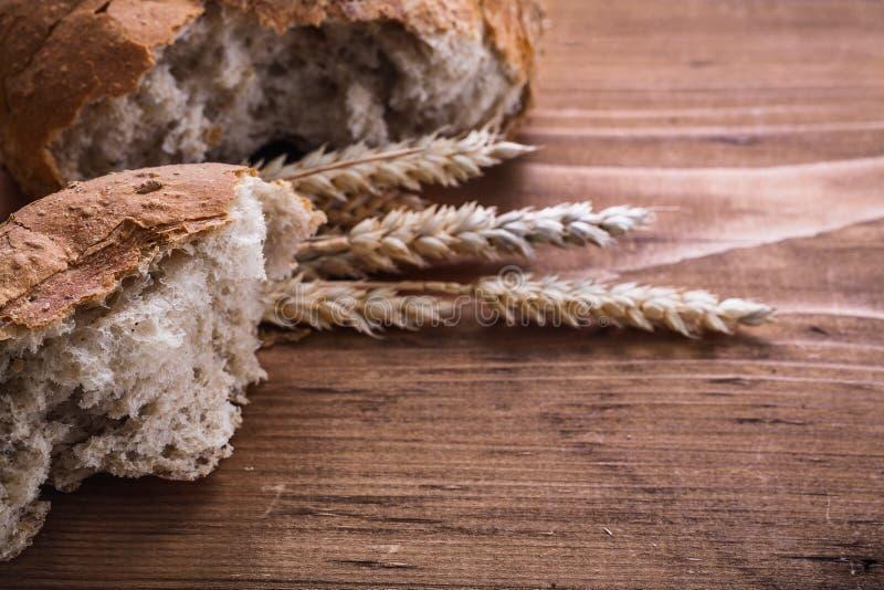 Pan y oídos cortados del rie en el vintage de madera fotos de archivo