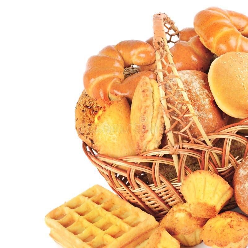 Pan y repostería y pastelería en una cesta de mimbre aislada en un CCB blanco foto de archivo libre de regalías