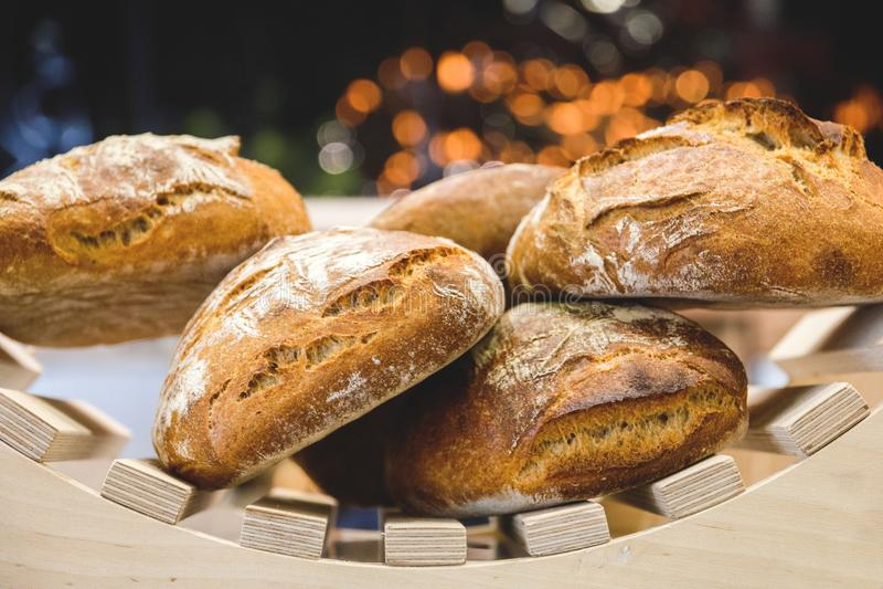 Pan y repostería y pastelería recientemente cocidos en los estantes en el contador de la panadería con el bokeh hermoso en el fon imágenes de archivo libres de regalías