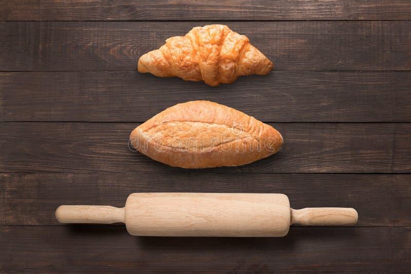 Pan y rodillo en fondo de madera de la visión superior foto de archivo