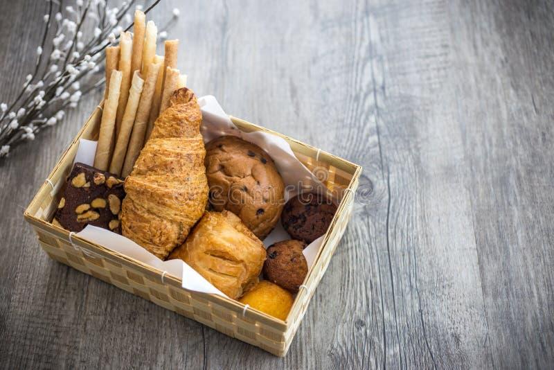 Pan y rollos en viejo fondo de madera imagen de archivo libre de regalías