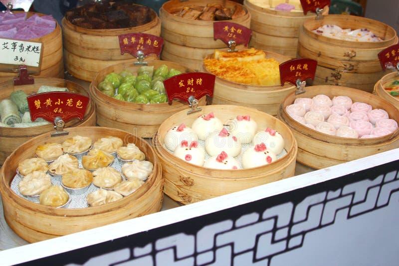Panadería con los dulces deliciosos en la ciudad Suzhou, China del agua imagenes de archivo