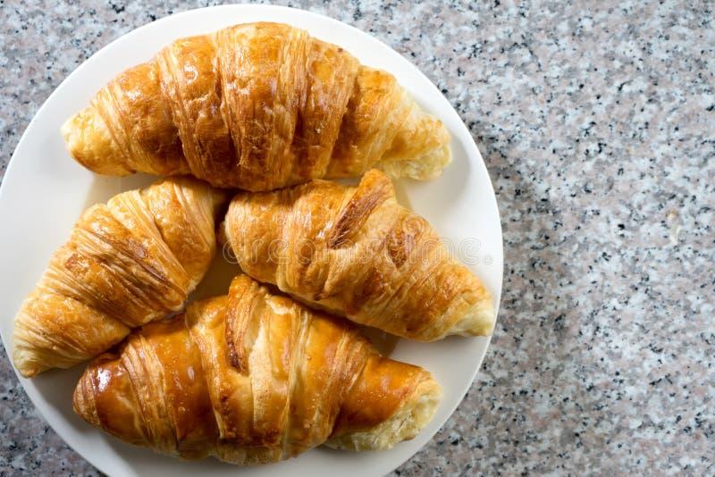 panadería del cruasán en el mármol gris foto de archivo