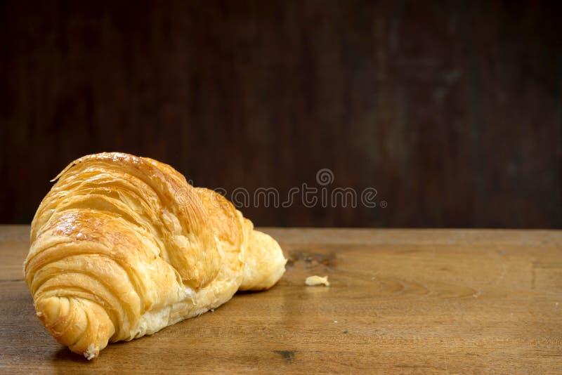 panadería del cruasán en la madera de la teca foto de archivo libre de regalías
