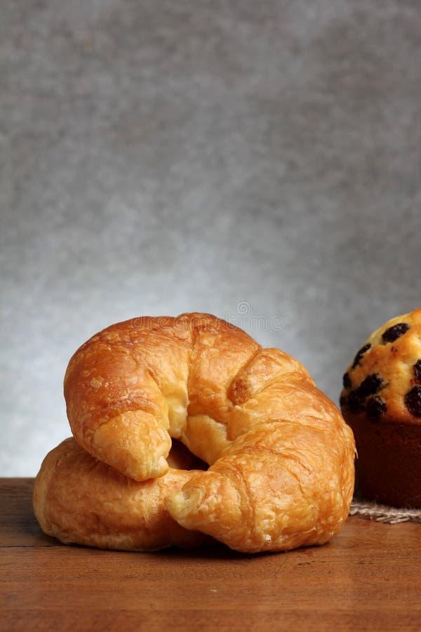 Panadería del cruasán en la tabla del teakwood imagen de archivo libre de regalías