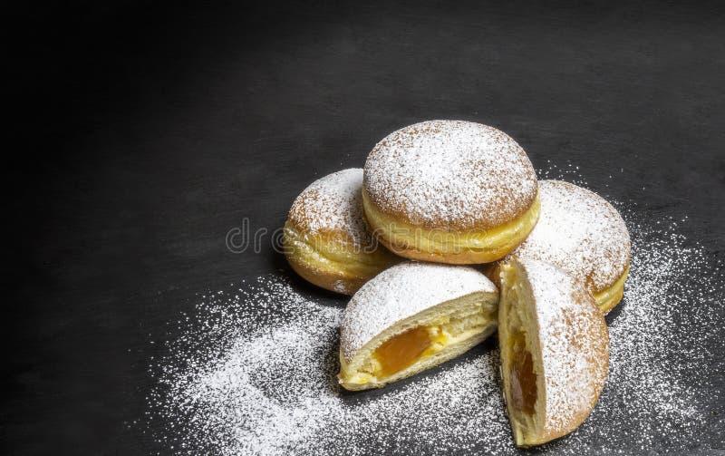 Panadería europea del tradicional de los anillos de espuma de los buñuelos berlineses para fasching tiempo carneval imagen de archivo