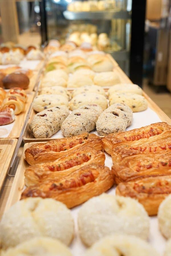 Panadería fresca de la salchicha y las otras de listo para el horno a servir foto de archivo libre de regalías